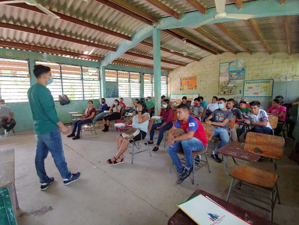 Joven de las casas Populorum Progressio brinda charla a una comunidad